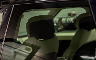 Auton lasien tummennus – turvaa ja käyttömukavuutta takapenkille